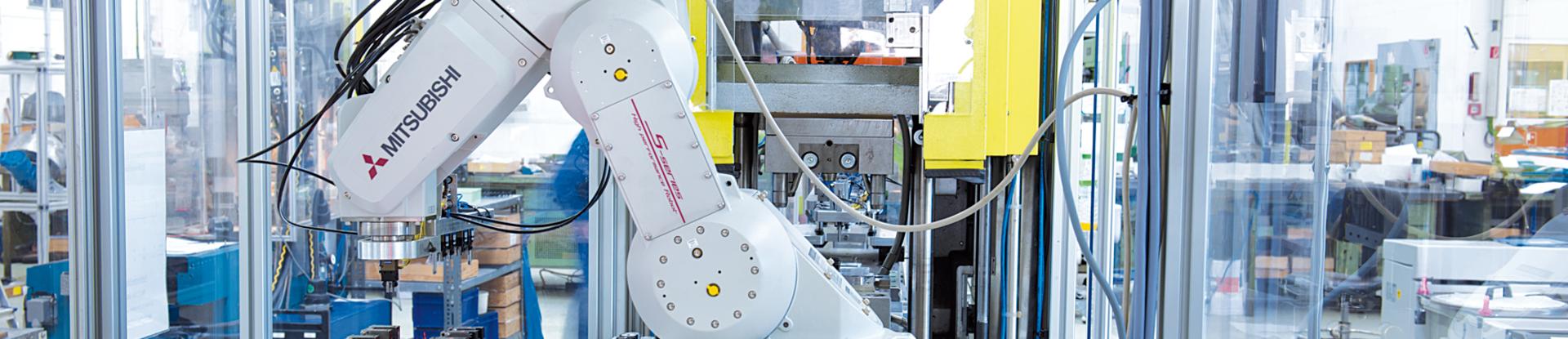 Vollautomatische Umspritzanlage mit Roboter-Teilezuführung in Spritzautomat
