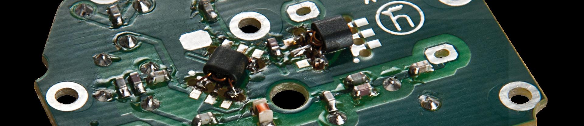Bestückte Leiterplatte mit SMT- und THT-Bauteilen